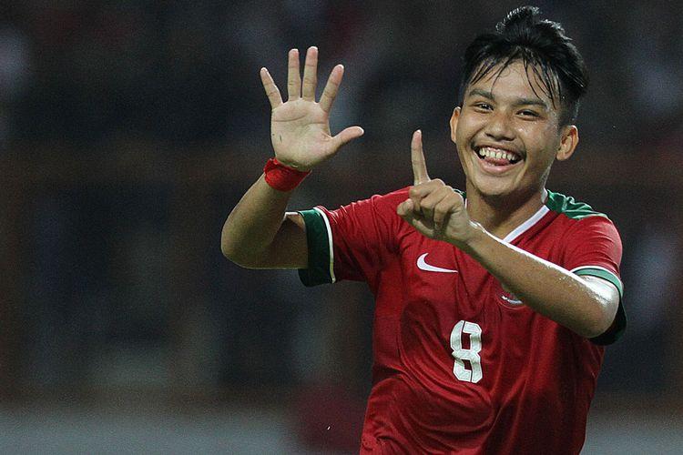 Witan Sulaeman menunjukkan angka 16 dengan kedua tangannya untuk merayakan gol timnas U-19 Indonesia ke gawang Thailand yang dicetak tepat pada hari ulang tahunnya, Minggu (8/10/2017).