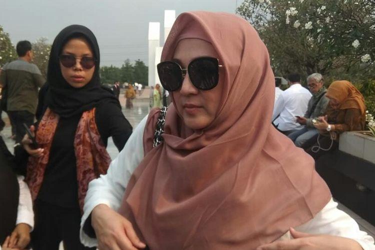 Artis sinetron Dina Lorenza saat ditemui usai prosesi pemakaman Ani Yudhoyono di Taman Makam Pahlawan Kalibata, Pancoran, Jakarta Selatan, Minggu (2/6/2019).