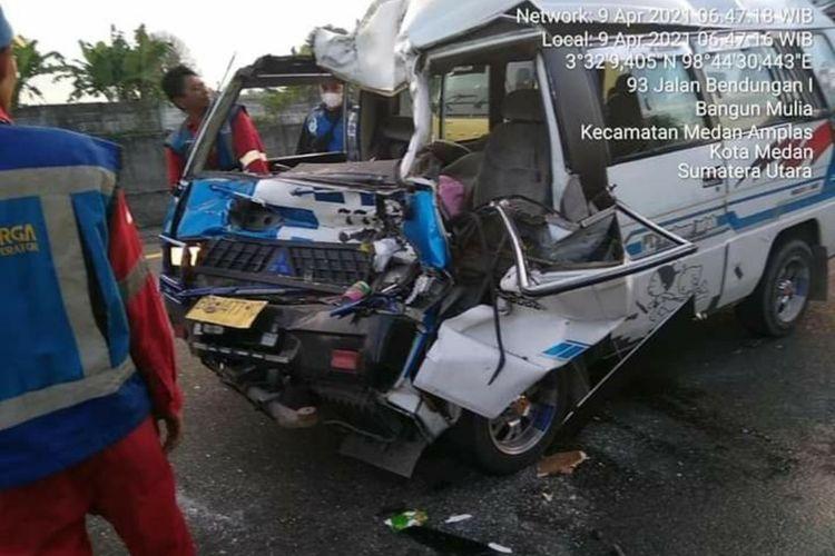 Kondisi minibus L300 dari Sibolga yang ringsek akibat menabrak dump truk di Tol Belmera, Medan Amplas pada Jumat (9/4/2021) pagi. Sopir dan seorang penumpang meninggal dunia. Diduga sopir dalam kondisi mengantuk dan tak bisa menghindari truk di depannya saat melaju.