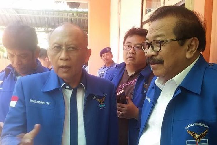 Pramono Edhie Wibowo (kiri) bersama ketua DPD Partai Demokrat Jatim, Soekarwo (kanan)
