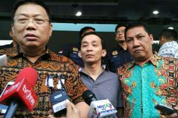 Yudi Wibowo Sukinto, Ahli Patologi Forensik Profesor Beng Beng Ong, dan Hidayat Bostam, seusai Ong diperiksa pihak Imigrasi Jakarta Pusat, Selasa (6/9/2016).