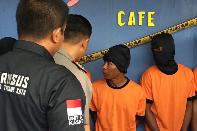 Kapolres Metro Tangerang Komisaris Besar Harry Kurniawan menanyai pelaku pengeroyokan dan pembunuhan di kafe karaoke Sabela, Kecamatan Benda, Kota Tangerang, Rabu (27/9/2017).