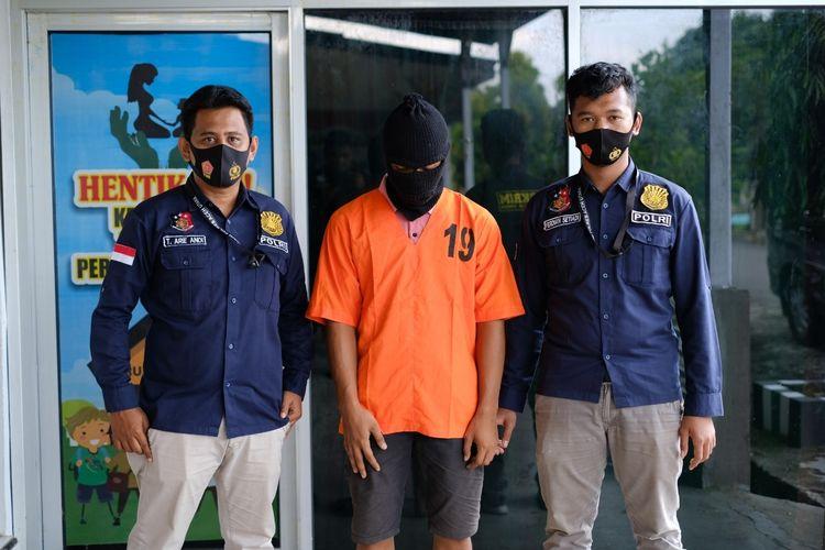 Polisi memperlihatkan pelaku yang memperkosa pacarnya sendiri di Mapolres Aceh Utara, Senin (16/11/2020)