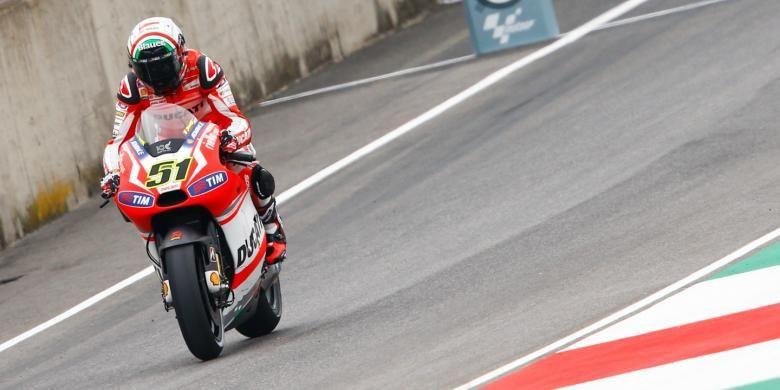 Pebalap uji coba Ducati asal Italia, Michele Pirro, membalap di Sirkuit Mugello pada sesi latihan bebas kedua GP Italia, Jumat (30/5/2014).