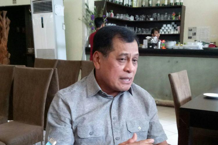 Ketua Harian Golkar Nurdin Halid menjawab pertanyaan wartawan soal dinamika yang terjadi di Partai Golkar di Senayan, Jakarta, Rabu (27/9/2017)