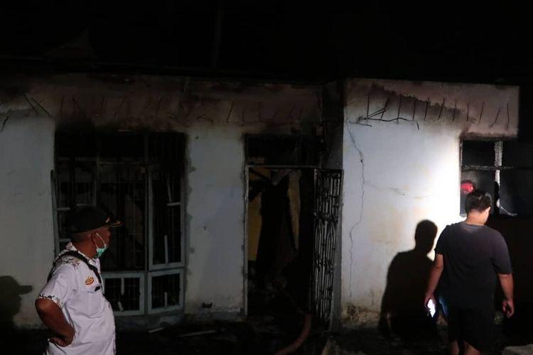 Satu unit rumah warga yang dibakar paska terjadinya bentrokan antarwarga Desa Huraba dan Kelurahan Pintu Padang, di Kecamatan Batang Angkola, Tapanuli Selatan, Selasa (27/5/2020).