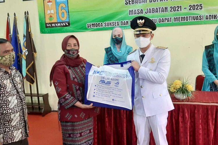 Bupati Trenggalek Muhammad Nur Arifin memberi hadiah kepada Kepala SMAN 6 Surabaya, Jumat (26/2/2021).