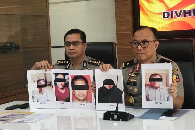 Kepala Biro Penerangan Masyarakat Polri Brigjen (Pol) Dedi Prasetyo (kanan) di Gedung Humas Mabes Polri, Jakarta Selatan, Senin (1/7/2019).