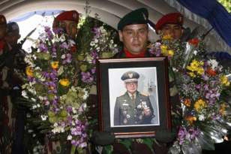 Upacara militer pemakaman jenazah mantan Presiden Soeharto di pemakaman keluarga Astana Giribangun, Karanganyar, Jawa Tengah, Senin (28/1/2008).