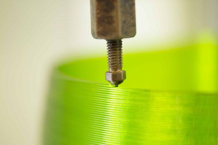 Proses pencetakan rumah lampu dengan 3D Printed Luminaires Signify.