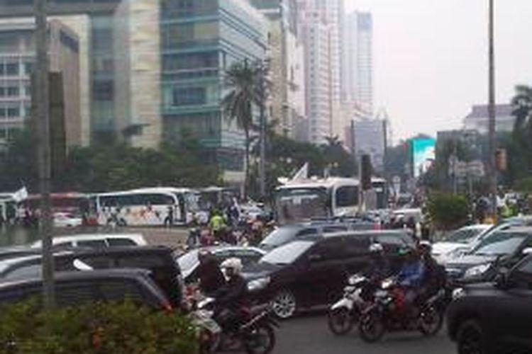 Puluhan ribu buruh dan bus yang memadati bundaran HI membuat kawasan tersebut macet total, Kamis (5/9/2013)