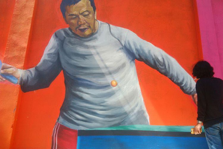 Mural bertema Asian Games 2018 terlukis di dinding bangunan rumah dan gudang di Kampung Pucangsawit, Kelurahan Pucangsawit, Kecamatan Jebres, Kota Solo, Jawa Tengah, Sabtu (30/6/2018).