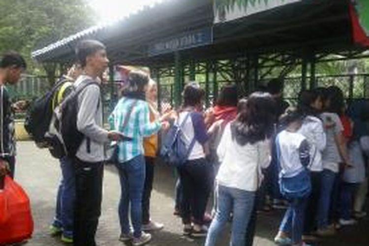 Para Pengunjung Taman Margasatwa Ragunan, Kamis (19/2/2015)