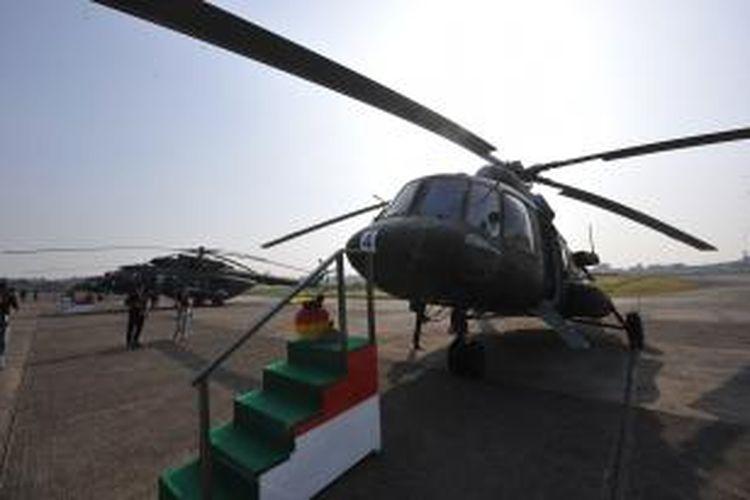 Enam unit helikopter Mi-17 V5 buatan Rusia saat diserahkan dari Rusia kepada Pemerintah Indonesia melalui Kementerian Pertahanan di Skadron 21/Sena, Pondok Cabe, Tangerang Selatan, Banten, Jumat (26/8/2011). Enam helikopter Mi-17 V5 tersebut merupakan helikopter angkut militer yang dapat mengangkut 36 personil atau beban seberat tiga ton, dan akan mengisi Skadron 31/Serbu Semarang.