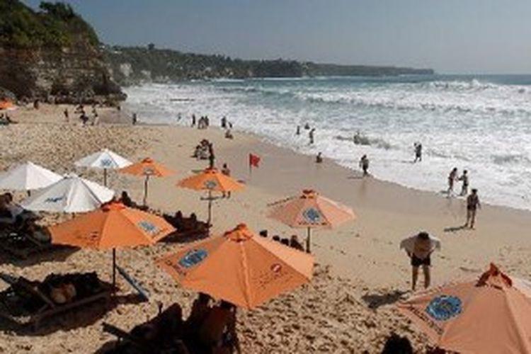 Wisatawan mengunjungi Pantai Dreamland, di Bali, Jumat (7/9/2012).