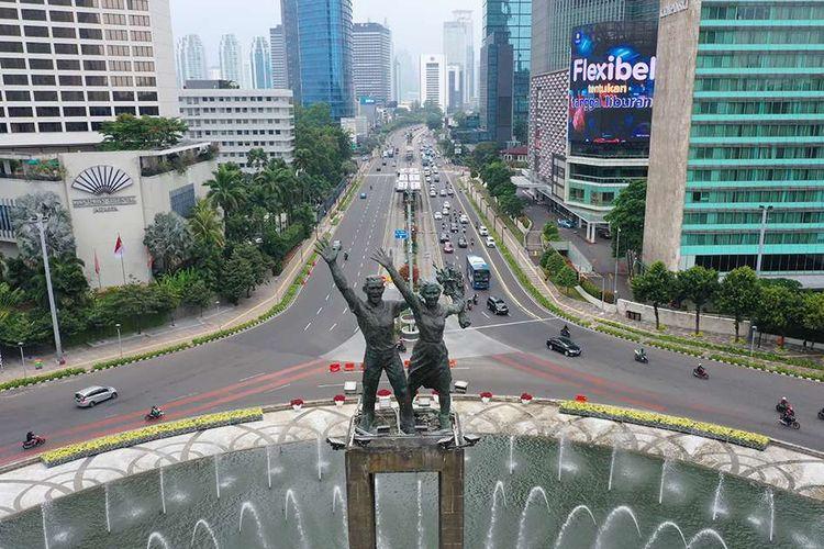 Foto aerial suasana lalu lalang kendaraan di kawasan Bundaran Hotel Indonesia (HI), Jakarta, Senin (14/9/2020). Pada hari pertama penerapan pembatasan sosial berskala besar (PSBB) jilid II atau PSBB pengetatan di DKI Jakarta, arus lalu lintas kendaraan di sekitar Bundaran HI terpantau lancar.