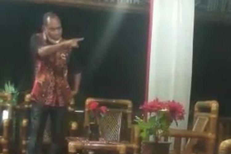 Bupati Alor Amon Djobo saat memarahi staf Kementerian Sosial