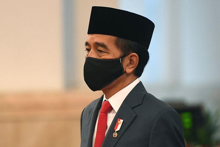 Presiden Joko Widodo mengenakan masker saat memimpin upacara pelantikan Kepala Badan Nasional Penanggulangan Terorisme (BNPT) di Istana Negara, Jakarta, Rabu (6/5/2020). Presiden secara resmi melantik Irjen Pol Boy Rafli Amar sebagai Kepala BNPT menggantikan Komjen Pol Suhardi Alius.