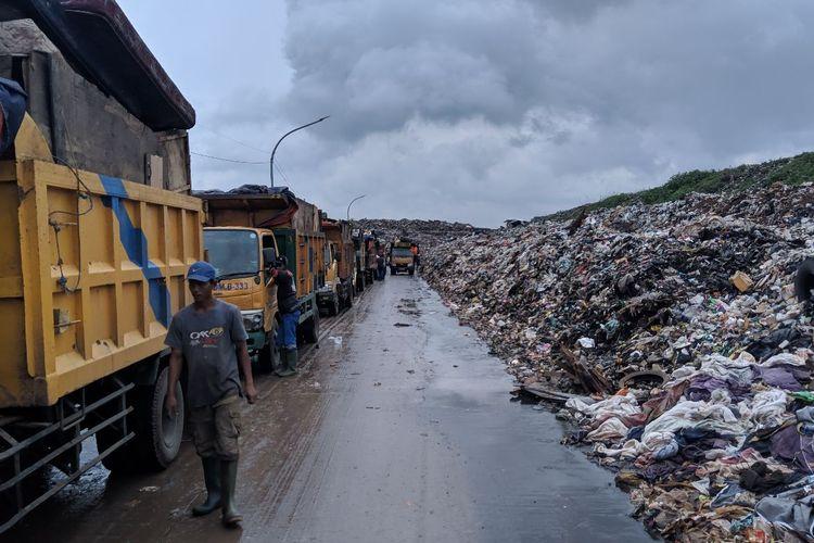 Antrian truk sampah di TPA Rawa Kucing Kota Tangerang, Jumat (10/1/2020)