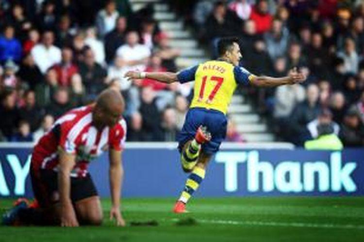 Bomber Arsenal, Alexis Sanchez, merayakan golnya seusai membobol gawang Sunderland, Sabtu (25/10/2014).