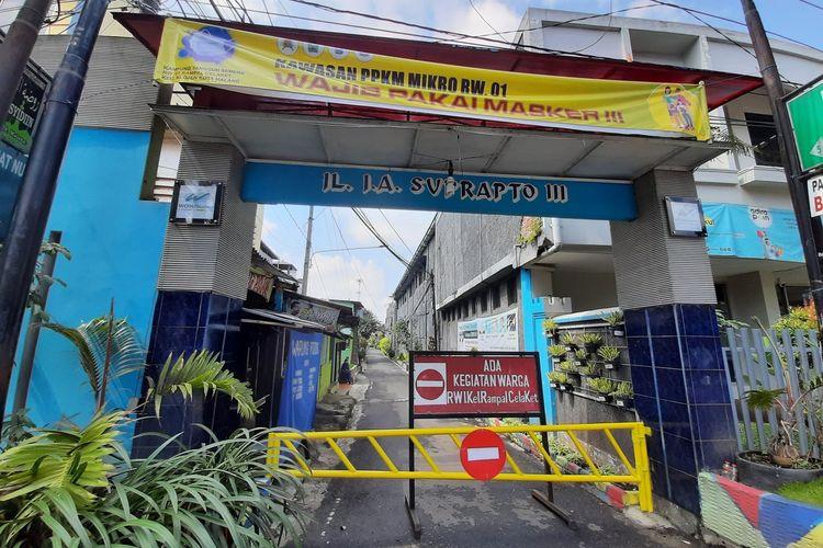 Jalan Jaksa Agung Suprapto Gang 3, Kelurahan Rampal Celaket, Kota Malang ditutup setelah delapan orang warganya positif Covid-19 dari Klaster Takziah, Selasa (22/6/2021).
