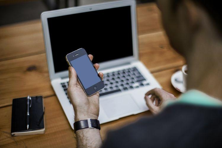Ponsel dan laptop adalah contoh pemanfaatan hasil tambang logam mineral dalam kehidupan.