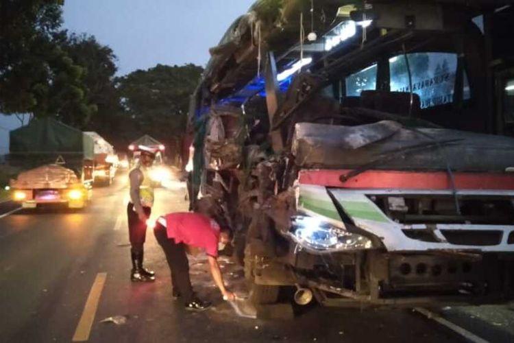 Polisi melakukan olah TKP kecelakaan bus vs truk gandeng di Jalan Raya Nganjuk-Surabaya, Kamis (10/6/2021). Foto: Humas Polres Nganjuk