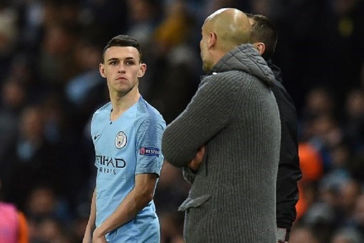 Pep Guardiola memberi instruksi kepada Phil Foden yang akan masuk sebagai pemain pengganti pada pertandingan Manchester City vs Schalke 04 dalam babak 16 besar Liga Champions di Stadion Etihad, 12 Maret 2019.