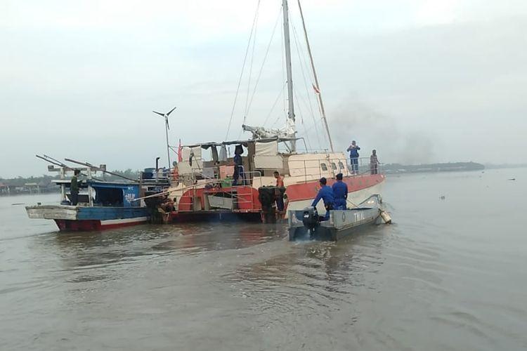 Kapal Hoopla milik Tadeusz Nowicki (70) warga negara Australia yang terdampar di perairan Kuala Teladas, Tulang Bawang setelah mengalami pembegalan, bertolak ke Jakarta digandeng kapal nelayan. (FOTO: Dok. Humas Polda Lampung)