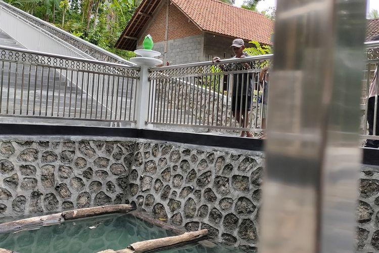 Sumur tua yang juga terowongan masuk bekas lubang galian tambang jadi lokasi wisata di Pedukuhan Kliripan, Kalurahan Hargorejo, Kapanewon (kecamatan) Kokap, Kulon Progo, Daerah Istimewa Yogyakarta. Air memenuhi lubang saat musim hujan.