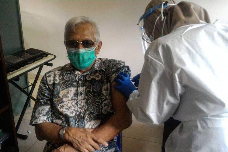 Vaksinasi Covid-19 untuk para lansia dilakukan oleh petugas Puskesmas Kecamatan Cilandak di SDN Cilandak Barat 04 Pagi, Komplek BNI 46, Kelurahan Cilandak Barat, Cilandak pada Selasa (23/2/2021).