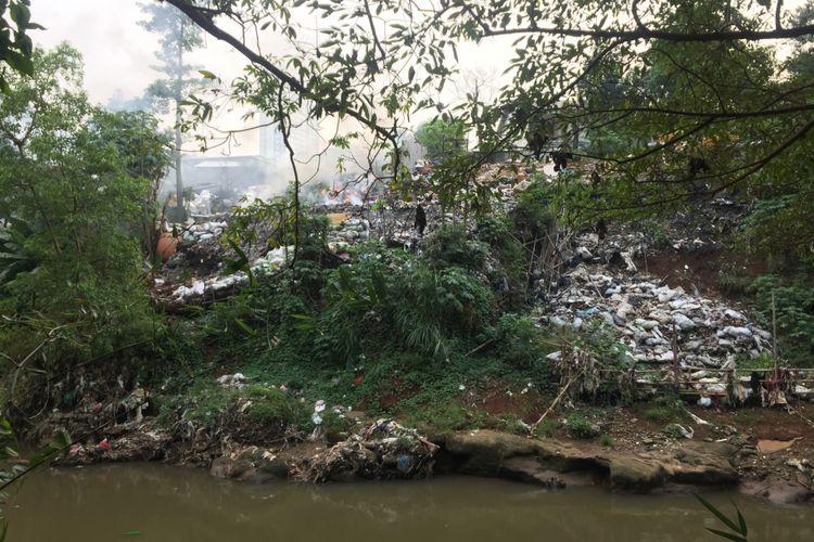Kondisi Sampah di Kali Ciliwunh, Jalan Sadar, Tugu, Cimanggis, Depok, Selasa (24/7/2018)