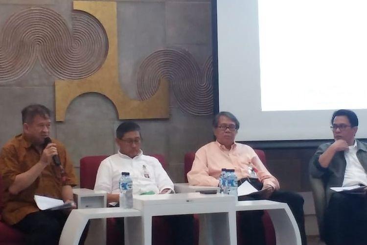 Ketua Tim Pemeriksaan Bangunan Gedung Rizal Z Tamin (paling kiri) dalam jumpa pers di kantor Kementerian PUPR Jakarta, Senin (1/4/2019).