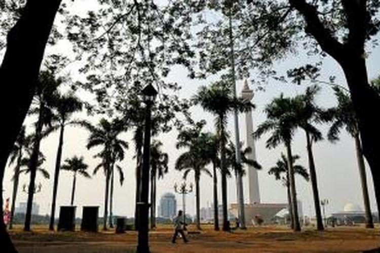 Salah satu sudut kawasan Monumen Nasional (Monas), Jakarta Pusat, terlihat bersih dari aktivitas pedagang kaki lima, Selasa (23/6). Pemerintah Provinsi DKI Jakarta terus mengupayakan untuk menjaga kawasan Monas bersih dari aktivitas pedagang kaki lima. Terkait penyerangan oleh para PKL di kawasan Lenggang Jakarta akhir pekan lalu, polisi telah menetapkan tiga tersangka.