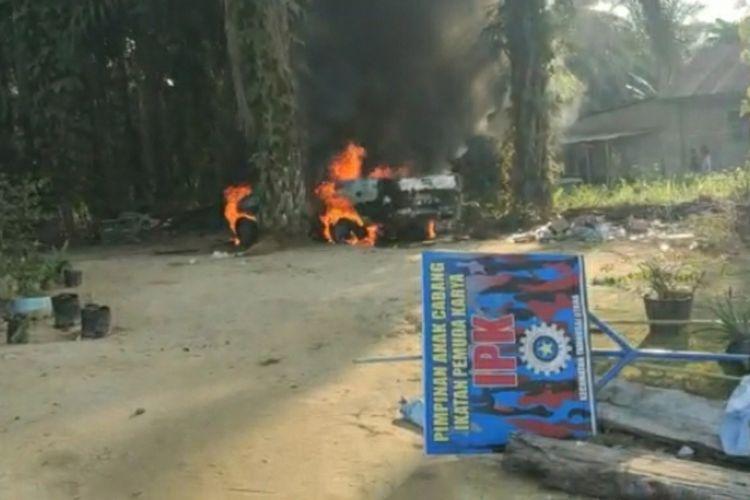 Tangkapan layar video mobil terbakar saat kejadian bentrokan dua kelompok ormas di Desa Mahato, Kecamatan Tambusai, Kabupaten Rohul, Riau, Jumat (12/2/2021).