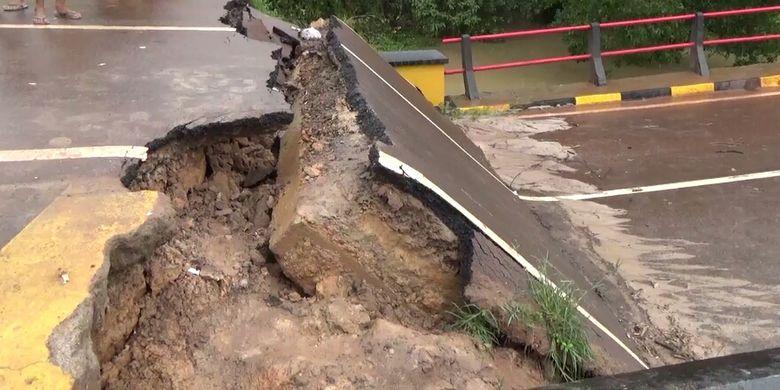 Jembatan Sungai Rungau di Jalan Trans Kalimantan, Kabupaten Seruyan, Kalimantan Tengah yang ambles, Sabtu (30/12/2017)