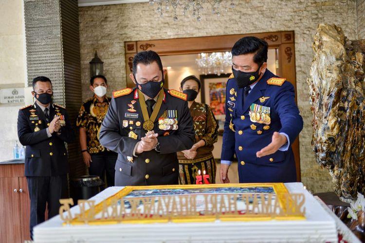 Panglima TNI Marsekal Hadi Tjahjanto memberikan kejutan kepada Kapolri Jenderal Pol Listyo Sigit Prabowo pada HUT ke-75 di rumah dinas Kapolri, Jakarta Selatan, Kamis (1/7/2021).