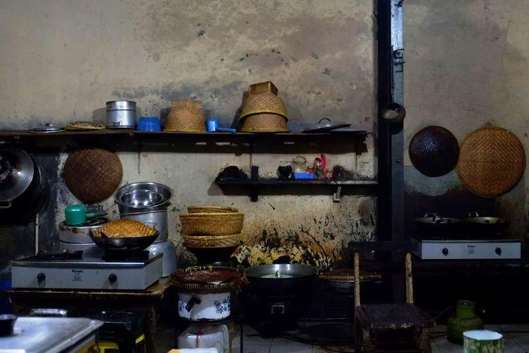 Warung Mak Eha hingga kini masih menggunakan beberapa alat masak tradisional.