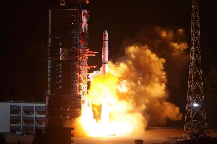 Roket Long March-4C meluncur dari pusat peluncuran Xichang barat daya membawa satelit Queqiao Magpie Bridge di Xichang, provinsi Sichuan barat daya China pada 21 Mei 2018. Satelit relai komunikasi ini memungkinkan untuk mengirim gambar dari sisi jauh Bulan yang belum pernah dieksplorasi sebelumnya.