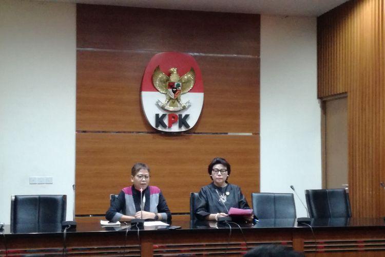 Pelaksana Harian Kepala Biro Humas KPK Yuyuk Andriati (kiri) dan Wakil Ketua KPK Basaria Panjaitan (kanan)