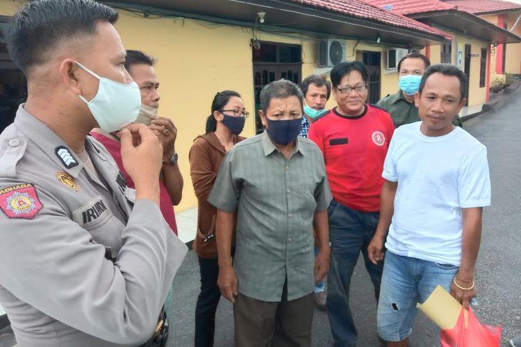 Ketua Komunitas Adat Laman Kinipan Effendi Buhing (paling kanan) dibebaskan dari tahan Polres Kobar pada Kamis (27/8/2020). setelah kurang lebih 24 jam tidak diketahui keberadaannya. Buhing dibawa paksa belasan aparat Polda Kalteng pada Rabu (26/8/2020).