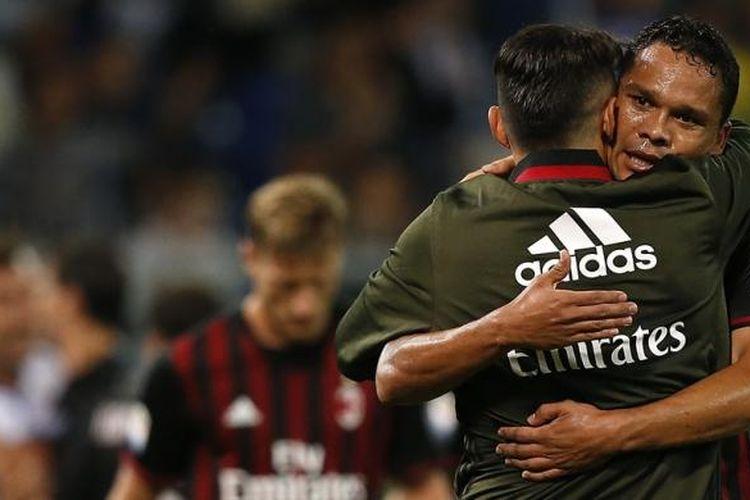 Carlos Bacca memeluk Gianluca Lapadula setelah AC Milan menang 1-0 atas Sampdoria pada lanjutan Serie A di Stadion Luigi Ferrari, Jumat (16/9/2016).