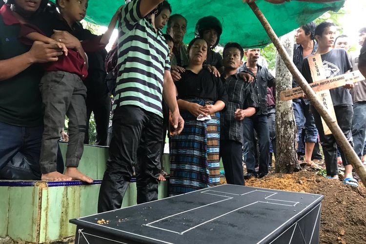 SH, balita berusia 2,5 tahun akhirnya menghembuskan nafas terakhir setelah sehari menjalani perawatan intensif. Mendiang dimakamkan di Tempat Pemakaman Umum (TPU) Sambau, Nongsa, Batam, Kepulauan Riau, Minggu (6/10/2019) petang kemarin.