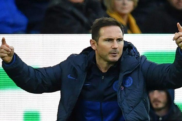 Pelatih kepala Chelsea, Inggris, Frank Lampard, memberi isyarat pada touchline selama pertandingan sepak bola Liga Primer Inggris antara Everton dan Chelsea di Goodison Park