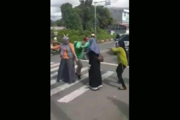 Viral 3 Wanita Joget Tiktok Hibur Pengendara di Sebra Cross Mamuju