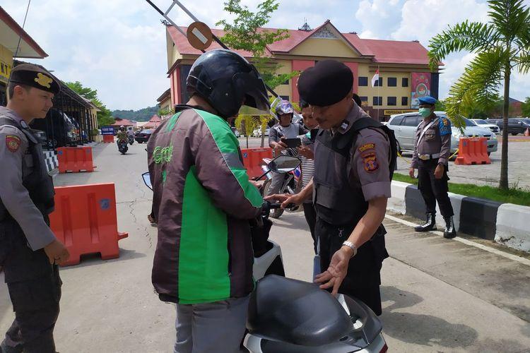 Petugas memeriksa ojek online yang masuk areal Mapolresta Samarinda Jalan Slamet Riyadi, Rabu (13/11/2019).