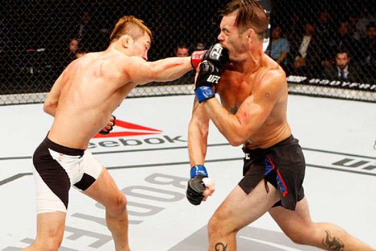 Bang Tae Hyun (kiri) saat menghadapi Leo Kuntz pada UFC Night 79, November 2015