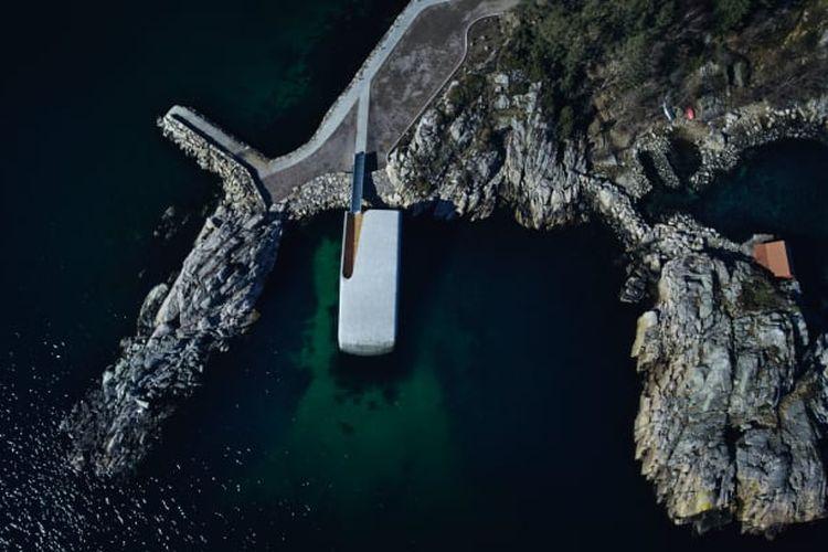 Bangunan restoran dibuat selama enam bulan di dermaga pinggir pantai.