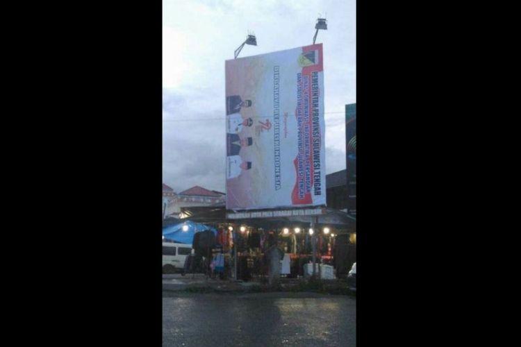 Baliho ucapan hari kemerdekaan RI ke-72 terpasang miring di Palu. Baliho ini menjadi viral di media sosial.