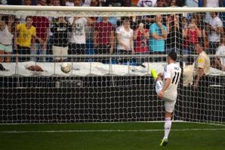 Aksi pemain sayap Gareth Bale ketika diperkenalkan sebagai pemain Real Madrid, di Santiago Bernabeu, pada 2 September 2013. Bale didatangkan Madrid dari Tottenham Hotspur pada 1 September 2013.